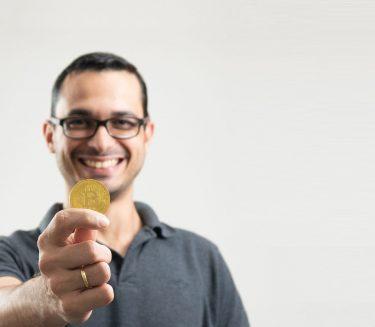 Você pode <br><strong>comprar bitcoin<br> e litecoin</strong> na Foxbit <br>a partir de <strong>R$100</strong>