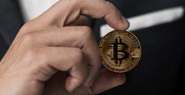Você gostaria de ter seu salário pago em bitcoin? Em alguns países isso já é possível.